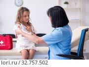 Little girl visiting old female doctor. Стоковое фото, фотограф Elnur / Фотобанк Лори