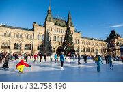 Люди катаются на катке на Красной площади в Москве. Редакционное фото, фотограф Наталья Волкова / Фотобанк Лори