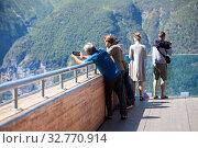 People photographing on spectacular Stegastein viewing platform above Aurlandsfjord. It is located on national tourist route Aurlandsfjellet. Norway (2018 год). Редакционное фото, фотограф Кекяляйнен Андрей / Фотобанк Лори