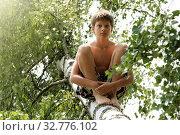 Мальчик сидит среди листвы на стволе упавшей березы. Русский, 12 лет. Стоковое фото, фотограф Elizaveta Kharicheva / Фотобанк Лори