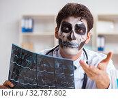 Купить «Scary monster doctor working in lab», фото № 32787802, снято 9 ноября 2017 г. (c) Elnur / Фотобанк Лори