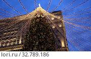 Купить «Christmas tree on Manezhnaya square in Moscow, Russia», видеоролик № 32789186, снято 27 декабря 2019 г. (c) Наталья Волкова / Фотобанк Лори