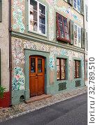 Старый город. Старинный дом с росписью на стенах на улице Heuberg, 42. Исторический район Гроссбазель, город Базель, Швейцария (2019 год). Редакционное фото, фотограф Bala-Kate / Фотобанк Лори