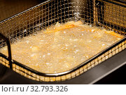 French fries being cooked in electric fryer. Стоковое фото, фотограф Zoonar.com/Serghei Starus / easy Fotostock / Фотобанк Лори