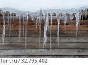 Купить «Сосульки и снег на крыше деревянного дома», фото № 32795402, снято 15 ноября 2016 г. (c) Елена Коромыслова / Фотобанк Лори