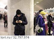 Купить «Москва, люди в метрополитене смотрят в телефоны», эксклюзивное фото № 32797974, снято 25 декабря 2019 г. (c) Дмитрий Неумоин / Фотобанк Лори