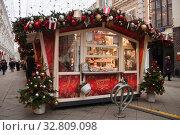 Купить «Праздничная новогодняя Москва. Рождественская ярмарка на Рождественке», фото № 32809098, снято 28 декабря 2019 г. (c) Victoria Demidova / Фотобанк Лори