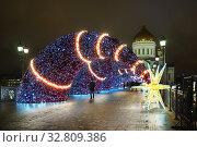 Купить «Москва новогодняя. Оформление Патриаршего моста», эксклюзивное фото № 32809386, снято 28 декабря 2019 г. (c) Dmitry29 / Фотобанк Лори