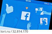 Авторизация в Facebook. Логотип Facebook на экране смартфона (2020 год). Редакционное фото, фотограф E. O. / Фотобанк Лори