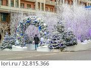 Купить «Москва. Новогодние украшения на улице Охотный ряд», фото № 32815366, снято 30 декабря 2019 г. (c) Parmenov Pavel / Фотобанк Лори
