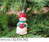 Купить «Снеговик. Новогодняя елочная игрушка на искусственной елке», фото № 32819762, снято 1 января 2020 г. (c) E. O. / Фотобанк Лори