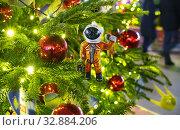 Купить «Москва новогодняя. Кузнецкий мост, фигурка космонавта на ёлке», эксклюзивное фото № 32884206, снято 1 января 2020 г. (c) Dmitry29 / Фотобанк Лори
