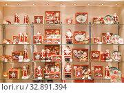 Купить «Новогодний декор в магазине посуды», фото № 32891394, снято 4 января 2020 г. (c) Victoria Demidova / Фотобанк Лори