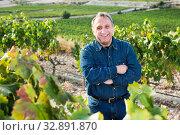 Man holds grapes cluster. Стоковое фото, фотограф Яков Филимонов / Фотобанк Лори