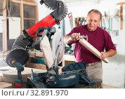 Master measures the wooden workpiece before machining. Стоковое фото, фотограф Яков Филимонов / Фотобанк Лори