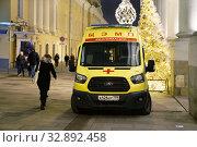Москва новогодняя. Автомобиль скорой помощи дежурит в Рыбном переулке. Редакционное фото, фотограф Dmitry29 / Фотобанк Лори