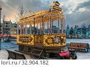 Купить «Праздничная новогодняя вечерняя Москва. Нарядный новогодний (рождественский) трамвай в электрических гирляндах. Площадь Тверская Застава, город Москва», фото № 32904182, снято 6 января 2020 г. (c) Владимир Сергеев / Фотобанк Лори