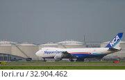 Купить «Airfreight Boeing 747 before departure», видеоролик № 32904462, снято 27 июля 2017 г. (c) Игорь Жоров / Фотобанк Лори