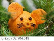 Купить «Мышиная мордочка из мандарина в еловых ветках», эксклюзивное фото № 32904518, снято 2 января 2020 г. (c) Dmitry29 / Фотобанк Лори
