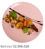 Top view of baked mushrooms with potatoes, caramelized shallot, balsamic. Стоковое фото, фотограф Яков Филимонов / Фотобанк Лори