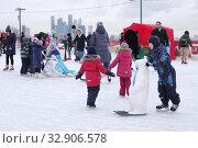 Купить «Москва. Каток на Воробьевых горах. Дети и снегурочка катаются на коньках», эксклюзивное фото № 32906578, снято 6 января 2020 г. (c) Илюхина Наталья / Фотобанк Лори