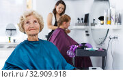 Купить «Senior woman waiting for haircutting», фото № 32909918, снято 26 июня 2018 г. (c) Яков Филимонов / Фотобанк Лори