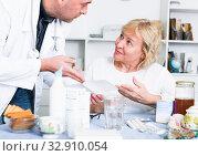 Купить «MAture woman and doctor», фото № 32910054, снято 14 ноября 2017 г. (c) Яков Филимонов / Фотобанк Лори
