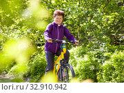 Активная женщина пенсионного возраста катается на велосипеде в парке. Стоковое фото, фотограф Лариса Капусткина / Фотобанк Лори