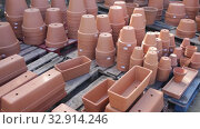 Купить «Clay pots of various shapes and sizes for flowers and garden plants for sale on open market», видеоролик № 32914246, снято 8 ноября 2019 г. (c) Яков Филимонов / Фотобанк Лори