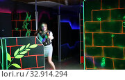 Купить «Men and women in business suits playing laser tag emotionally in dark room», видеоролик № 32914294, снято 5 августа 2020 г. (c) Яков Филимонов / Фотобанк Лори