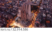Night aerial view of Sagrada Familia – impressive cathedral designed by Gaudi, Barcelona (2019 год). Редакционное видео, видеограф Яков Филимонов / Фотобанк Лори