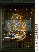Купить «Фигурка снеговика, выложенная из светящихся лампочек, украшает окно кафе», фото № 32914674, снято 5 января 2020 г. (c) Наталья Николаева / Фотобанк Лори