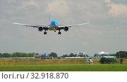 Купить «KLM Boeing 777 landing», видеоролик № 32918870, снято 26 июля 2017 г. (c) Игорь Жоров / Фотобанк Лори