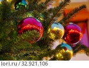 Купить «Блестящие шары на уличной новогодней елке вечером», фото № 32921106, снято 5 января 2020 г. (c) Наталья Николаева / Фотобанк Лори