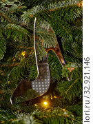 Купить «Игрушечная прозрачная туфелька на новогодней елке», фото № 32921146, снято 5 января 2020 г. (c) Наталья Николаева / Фотобанк Лори
