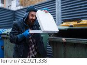 Купить «Bearded dirty beggar found pizza in trashcan», фото № 32921338, снято 26 октября 2019 г. (c) Tryapitsyn Sergiy / Фотобанк Лори