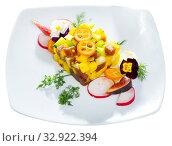 Купить «Delicious tartare of tuna with mango, avocado and fig, served with flower», фото № 32922394, снято 27 января 2020 г. (c) Яков Филимонов / Фотобанк Лори