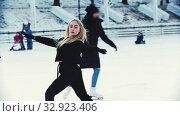 Купить «A young blonde woman professional figure skater on the outdoors ice rink», видеоролик № 32923406, снято 29 марта 2020 г. (c) Константин Шишкин / Фотобанк Лори