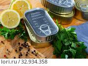 Купить «Close up of tin cans», фото № 32934358, снято 6 июля 2020 г. (c) Яков Филимонов / Фотобанк Лори