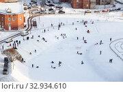 Parents and kids sled from slope on a snowy day in frozen lake. Санкт-Петербург (2013 год). Редакционное фото, фотограф Кекяляйнен Андрей / Фотобанк Лори
