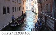Купить «Гондолы проплывают по узкому городскому каналу. Венеция, Италия», видеоролик № 32938166, снято 25 сентября 2017 г. (c) Виктор Карасев / Фотобанк Лори