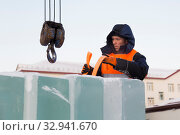 Portrait of installer at unloading ice blocks (2019 год). Редакционное фото, фотограф Андрей Кузнецов / Фотобанк Лори