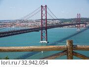 Famous Abril bridge in Lisbon, crossing the Tagus River (2019 год). Стоковое фото, фотограф Яков Филимонов / Фотобанк Лори