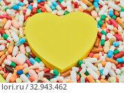Купить «Gelbes Herz mit vielen Medikamenten als Liebeskummer Konzept», фото № 32943462, снято 26 мая 2020 г. (c) age Fotostock / Фотобанк Лори