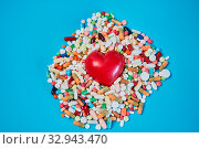 Купить «Rotes Herz in einem Haufen bunter Medikamente als Kardiologie Konzept», фото № 32943470, снято 26 мая 2020 г. (c) age Fotostock / Фотобанк Лори