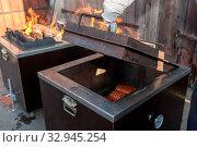 BBQ in einer speziellen Form - Fleisch im Kistengrill zart gegrillt. Стоковое фото, фотограф Zoonar.com/Alfred Hofer / easy Fotostock / Фотобанк Лори