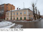 Купить «Двухэтажный жилой дом, построен в 1890 году. Улица Дарвина, 9. Город Калуга. Калужская область. Россия», эксклюзивное фото № 32946794, снято 19 марта 2011 г. (c) lana1501 / Фотобанк Лори