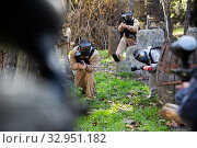 Купить «People in full gear playing paintball», фото № 32951182, снято 4 июня 2020 г. (c) Яков Филимонов / Фотобанк Лори