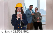 Купить «A happy real estate agent holding a lot of money in cash - young married couple looking around on the background», видеоролик № 32952862, снято 6 августа 2020 г. (c) Константин Шишкин / Фотобанк Лори