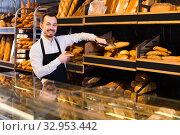 Baker recommends different types of bread. Стоковое фото, фотограф Яков Филимонов / Фотобанк Лори